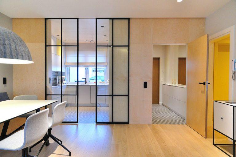 Stalen schuifdeuren met minimalistisch profiel, asymmetrisch opgebouwd inclusief soft close systeem