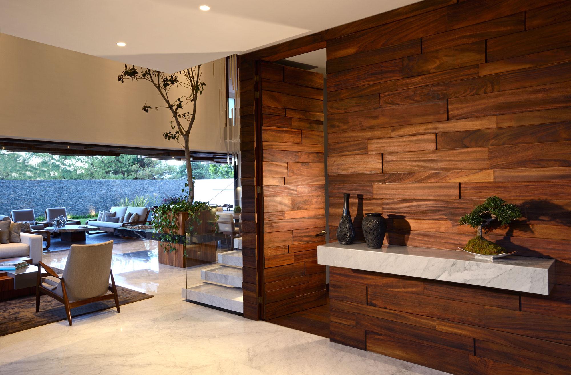 reclaimed wood gebruikt op zowel wand als deur.