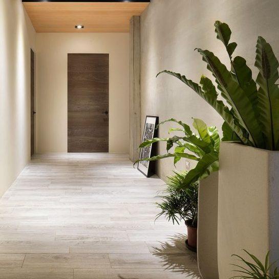 barnwood in minimalistisch kozijn met contrasterend zwart garnituur